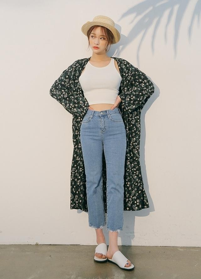 Phối hợp áo crop-top cùng quần bò cạp cao