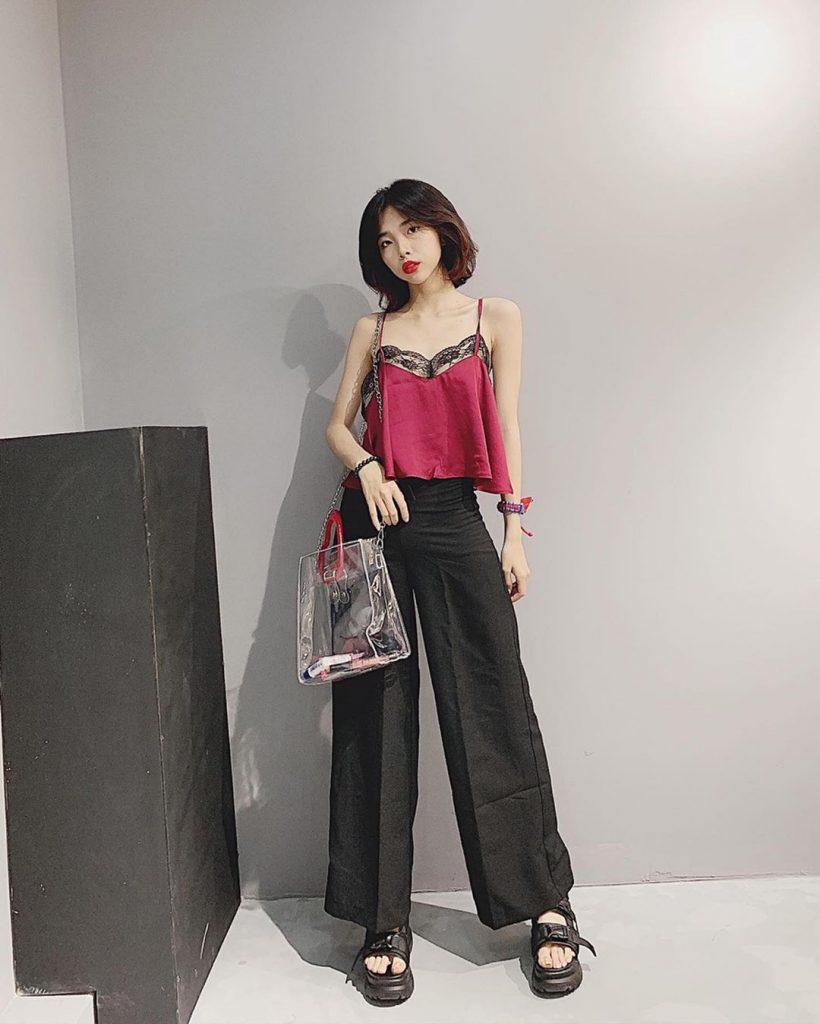Áo hai dây ren kết hợp với quần culottes không chỉ giúp bạn trông quyến rũ mà còn tạo sự nhẹ nhàng, lãng mạn