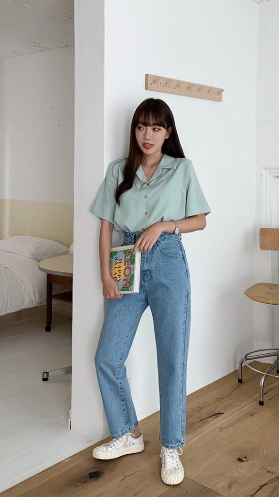 Áo sơ mi cộc tay kết hợp với quần jean ống rộng