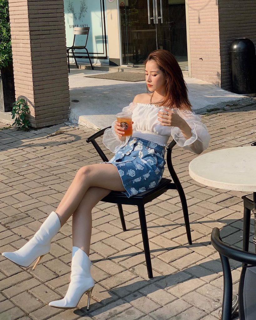 ChiPu đã có một set đồ rất trendy khi kết hợp khéo léo áo trễ vai trắng