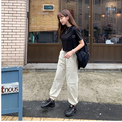 Quần túi hộp kết hợp áo phông basic và sneakers tạo phong cách tối giản