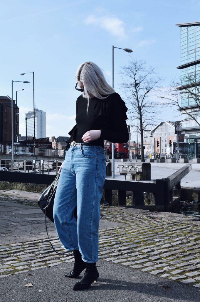 Quần jean ống rộng phối cùng Boots cổ cao