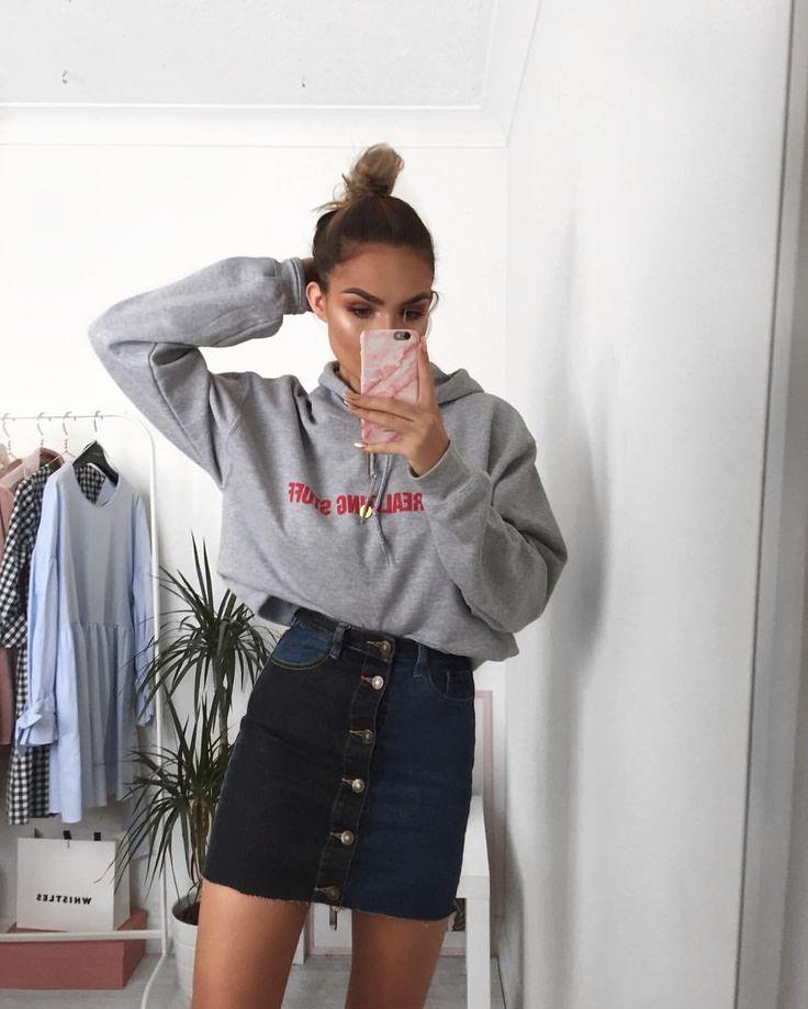 Chân váy jean kết hợp với áo hoodie