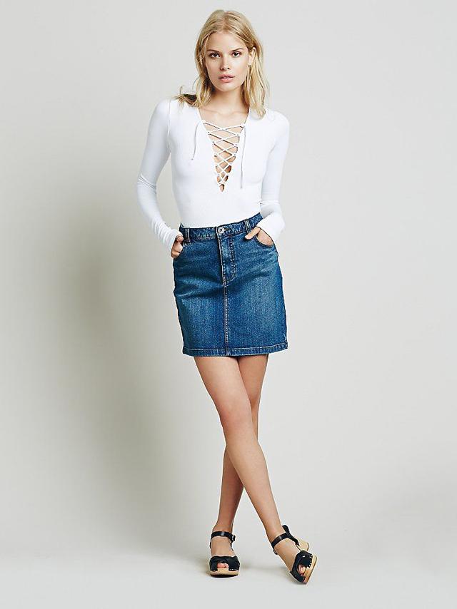 Chân váy Jean ngắn với áo thun Bodysuit