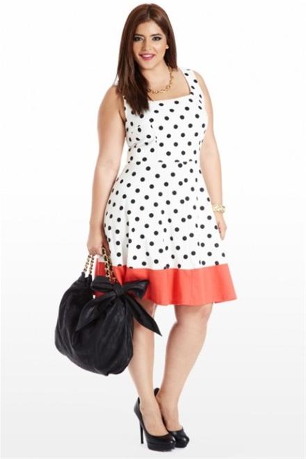 Đầm màu sáng phối phụ kiện túi giày màu tối