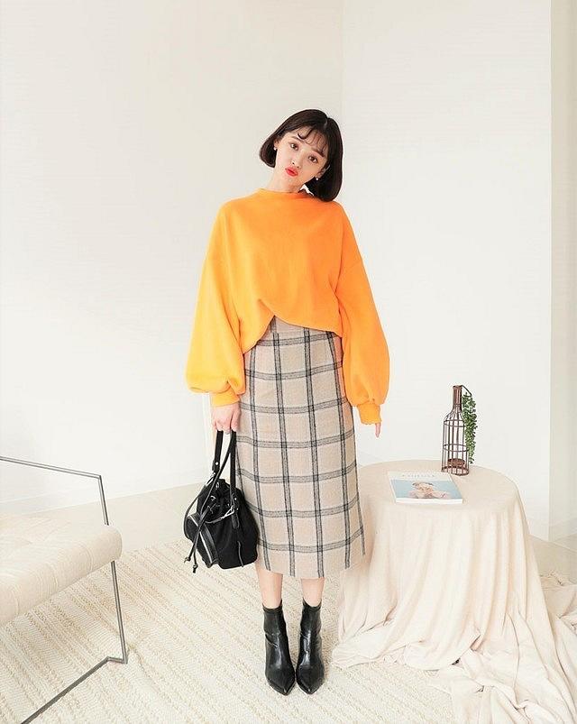 Phối áo len kết hợp với chân váy dài