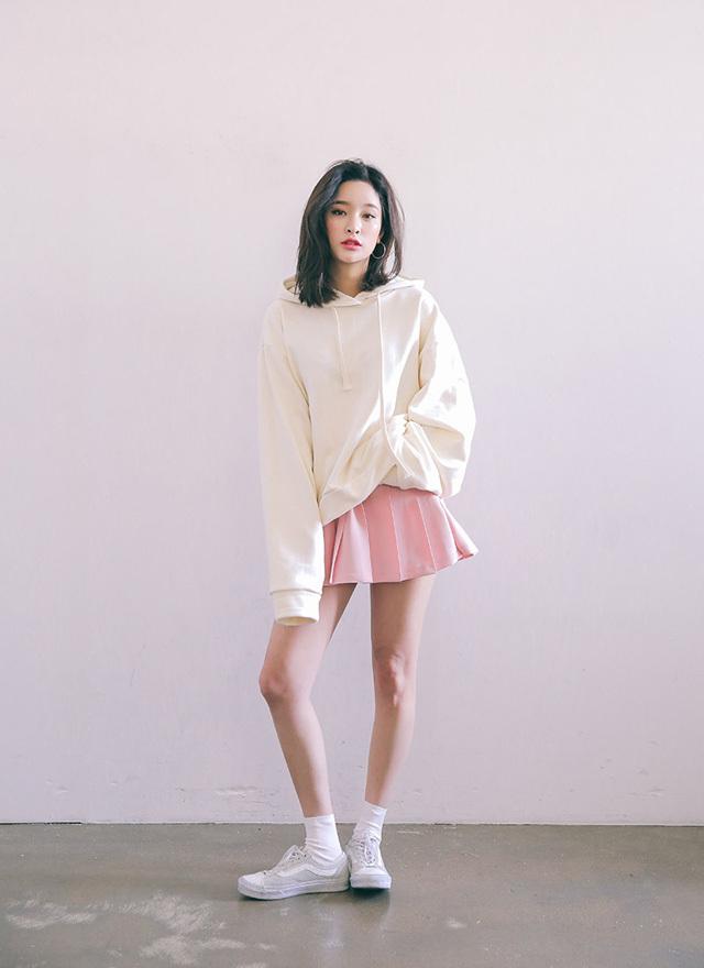 Áo hoddie và chân váy xòe