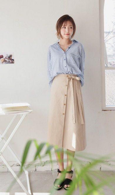 Những chân váy có độ dài ngang gối hoặc qua gối là sự lựa chọn hợp lý cho những cô nàng mảnh khảnh