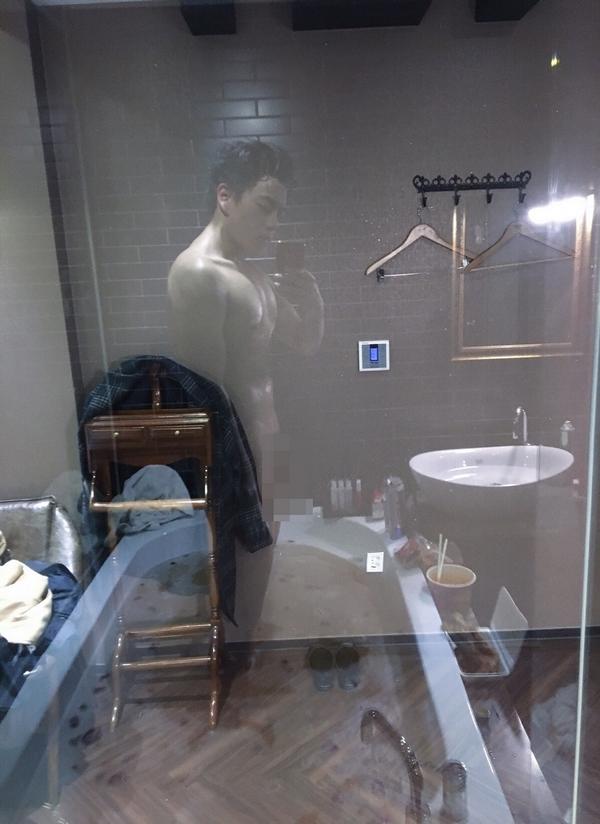hình ảnh gokugochu trong phòng tắm sau khi bị cộng đồng photoshop troll